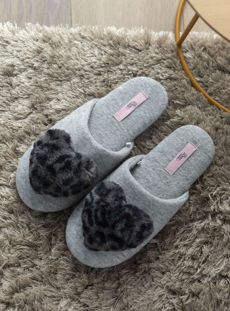 Animal heart pom slippers