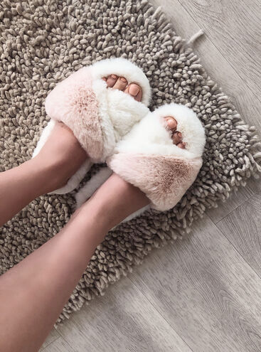 Twisted slider slippers